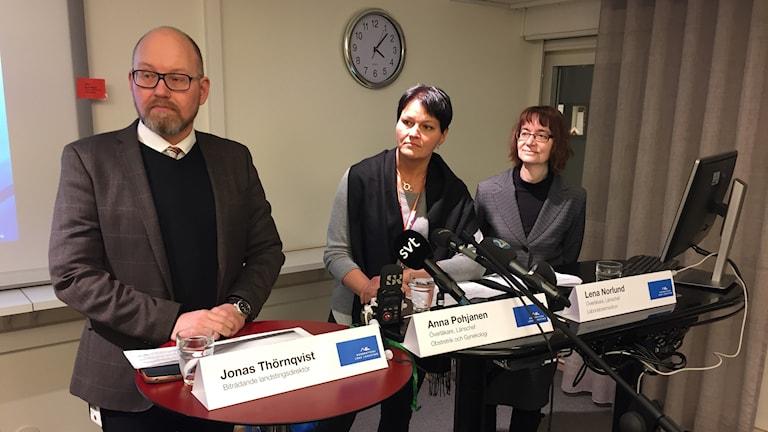 Jonas Thörnqvist (bitr landstingsdirektör), Anna Pohjanen (länschef obstretrik och gynekologi) och Lena Norlund (länschef labratoriemedicin).