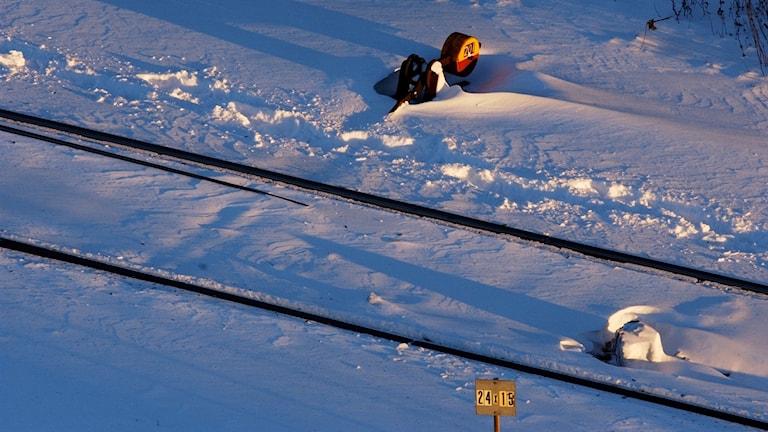 Järnvägsräls sticker upp ur snön.