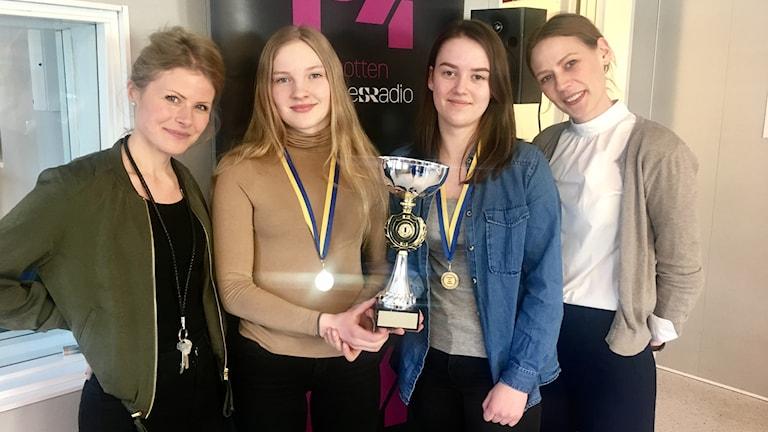 Kajsa Larsson, lärare, Ida Drugge och Isa Carlsson som tävlade och vann och Veronica Wendin, lärare.