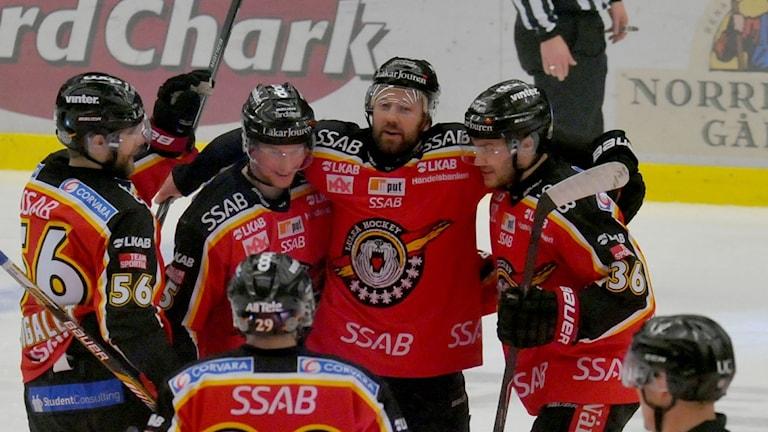 Luleå Hockeys Jonathan Granström och Per Ledin jublar efter mål