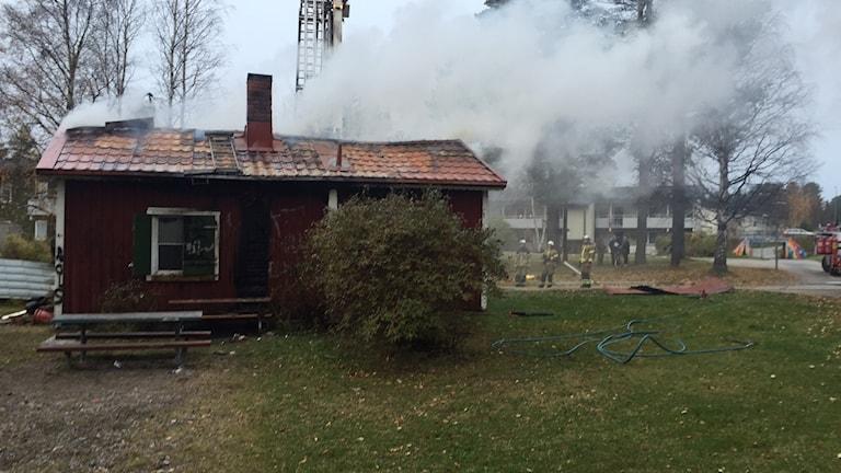 Brand i bagarstuga på Porsön. Kraftig rökutveckling på platsen gör att de som besväras av röken uppmanas att bege sig inomhus.