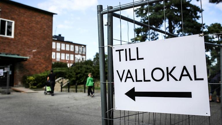 """En skylt där det står """"till vallokal""""."""