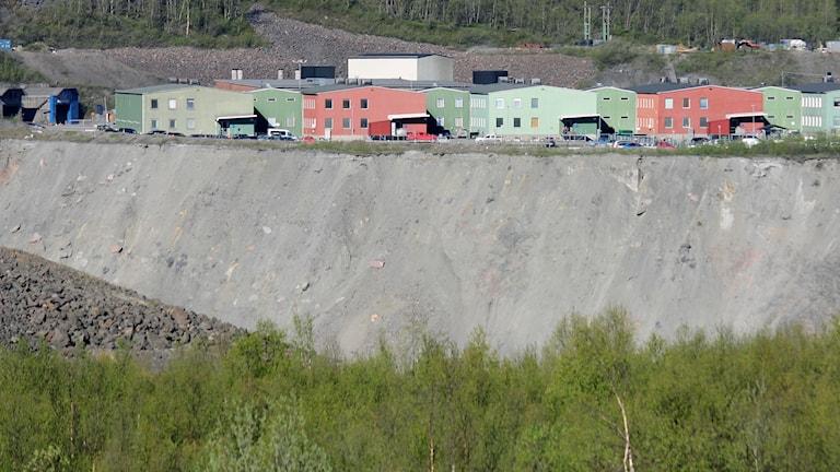 Den 25 augusti 2017 inträffade en allvarlig lastbilsolycka nere i Kirunagruvan. Ingången till gruvan syns uppe till vänster i bild.