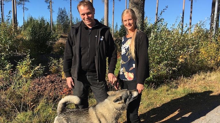 Jörgen Stenberg och Jaana Väisänen från Kalix med jämthunden Ares.
