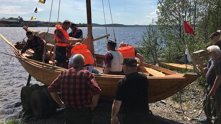 Sjösttning av 1500-talsreplika vid Piteå Båtmuseum.