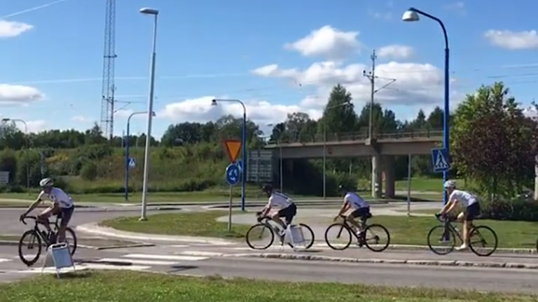 Cyklisterna i Rooster Club från Varberg anländer till Boden under cykeltävlingen Sverigeloppet.