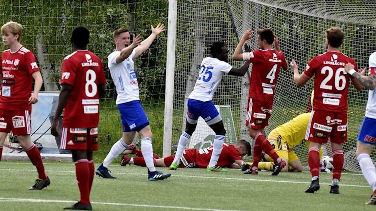 IFK Luleå jublar efter mål mot Piteå IF i fotbollens division 2