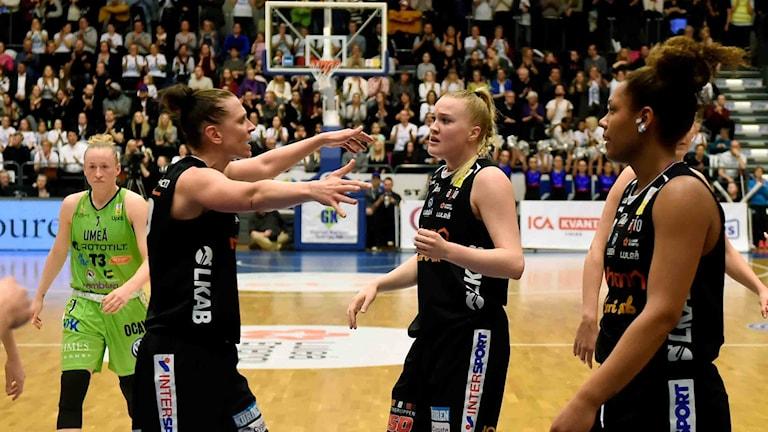 Luleå Baskets Anna Barthold och Allis Nyström mot Udominate.