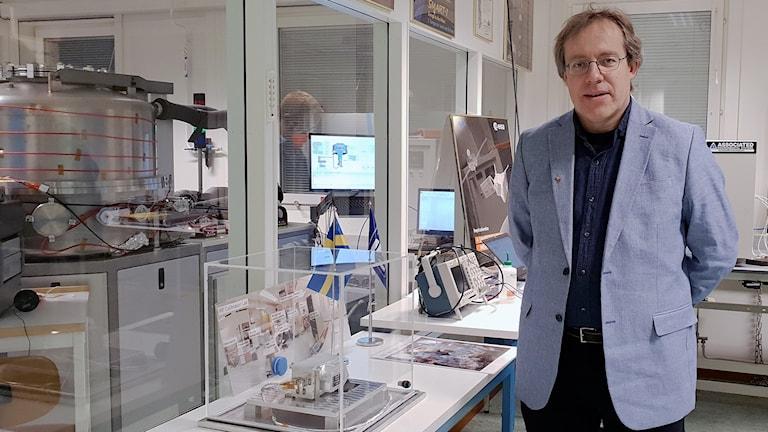 Forskaren Martin Wieser på Institutet för rymdfysik i Kiruna bredvid en testmodell av instrumentet ( i den genomskinliga lådan).