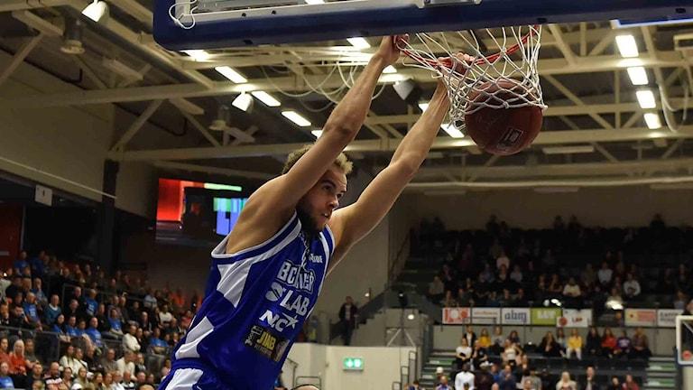 BC Luleås Denzel Andersson mot Södertälje i basketligan