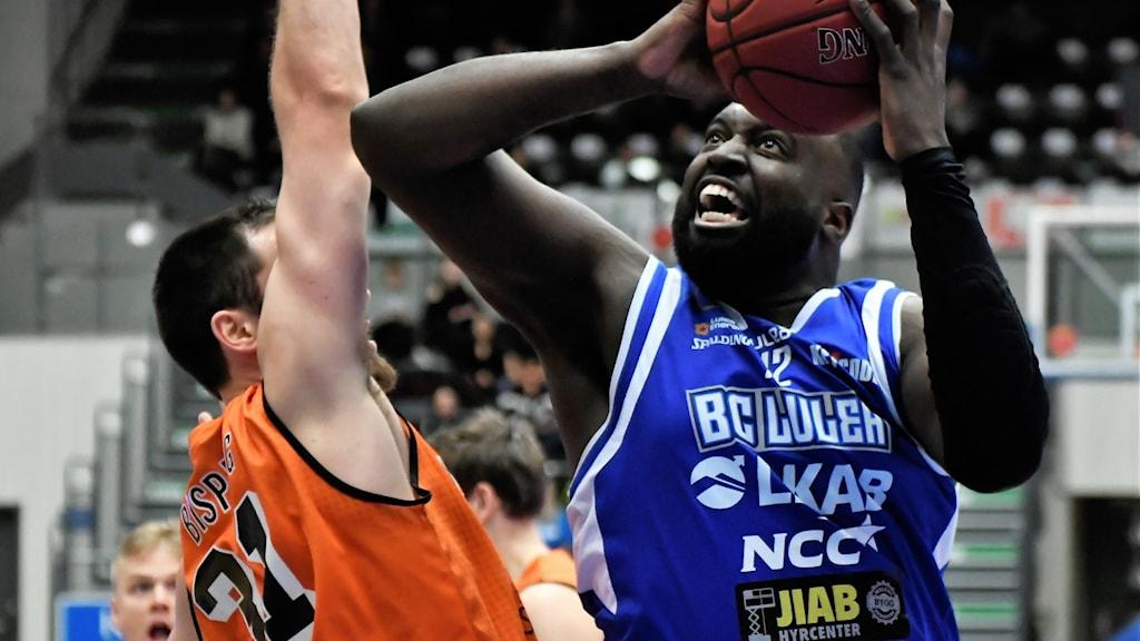 BC Luleås Brice Massamba mot Borås i basketligan