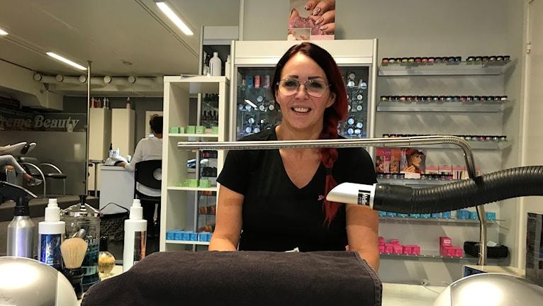 Maria Berglund visar upp en arbetsstation med bland annat en utsug som ska ta bort hälsofarliga ångor.