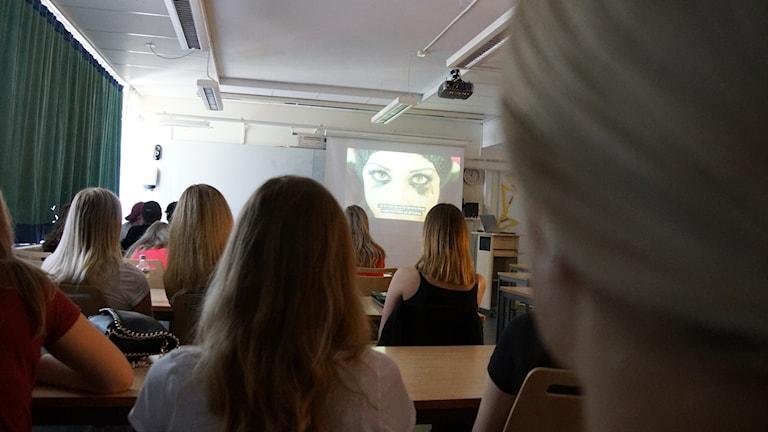Högstadieelever på Residensskolan i Luleå ser filmen Pornland.