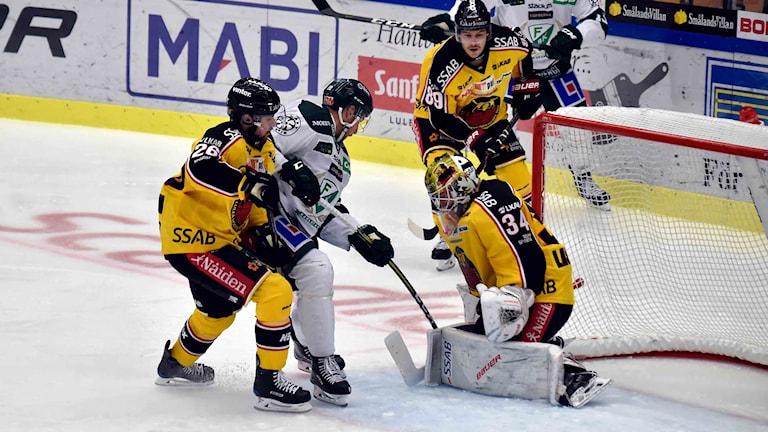 Luleå Hockeys målvakt Joel Lassinantti räddar mot Färjestad.