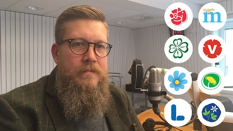 Simon Matti i P4-studion med riksdagspartiernas logotyper infällda.