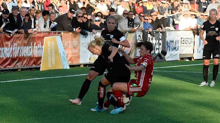 Piteå IF - Kopparbergs/Göteborg FC, en rejäl närkamp mellan tre spelare.