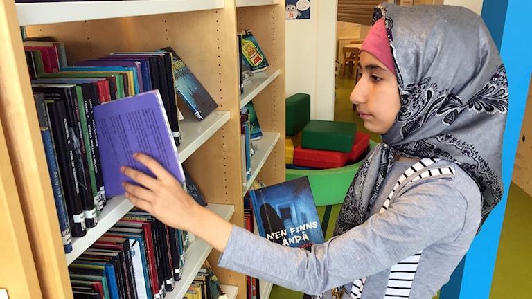 Asma Mousavi på biblioteket.