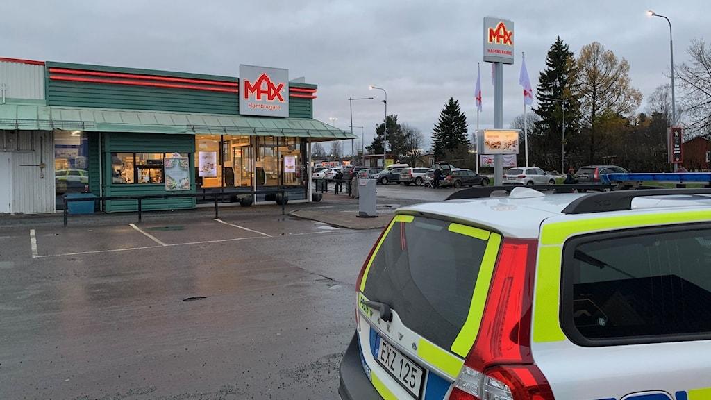 Polisbil utanför Max i Boden.