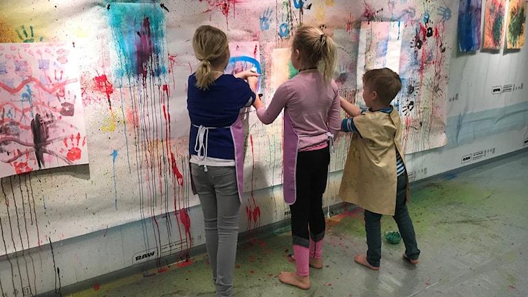 Barn på Kulturens hus i Luleå som målar på väggen. Konsthallen drar sitt strå till sportlovsstacken med action painting.