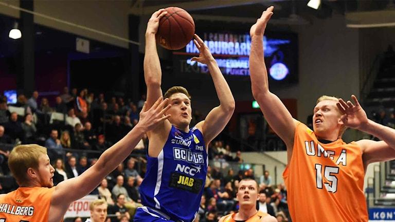 BC Luleås Adam Rönnqvist mot Umeå.
