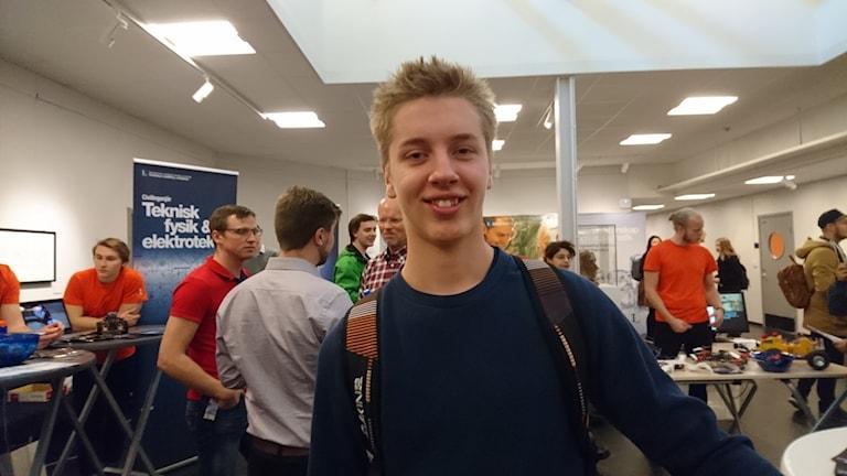 Piteåbon Markus Lindvall står bland andra besökare på Luleå tekniska universitet.