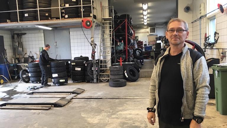 Mikael Enbom i sin bilverkstad