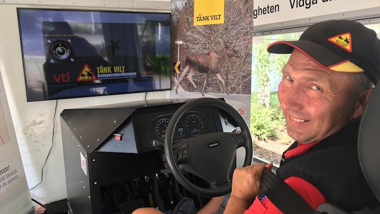 En man sitter i den nya viltsimulatorn som simulerar viltolyckor vid bilkörning.