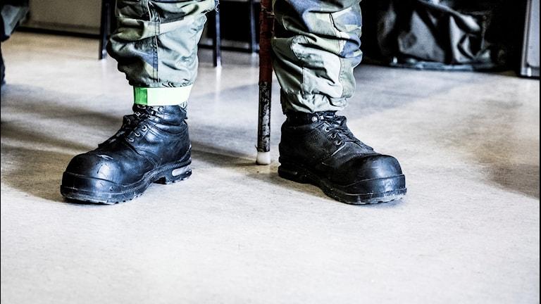 Svarta skor på en försvarsanställd.