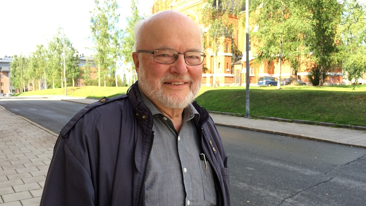 Bertil Fors, pensionerad präst i Jokkmokks församling, framför Luleå domkyrka.