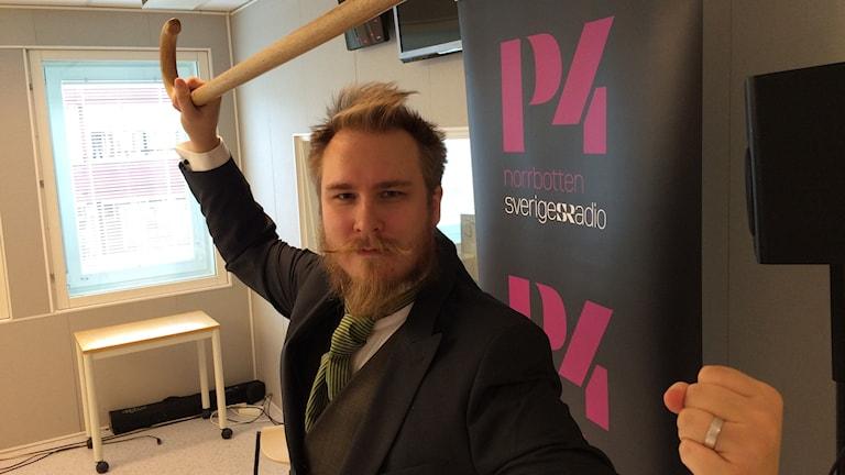 Markus Öhman i en klassisk bartitsupose med käppen höjd över huvudet. Foto: Tova Nilsson/Sveriges Radio