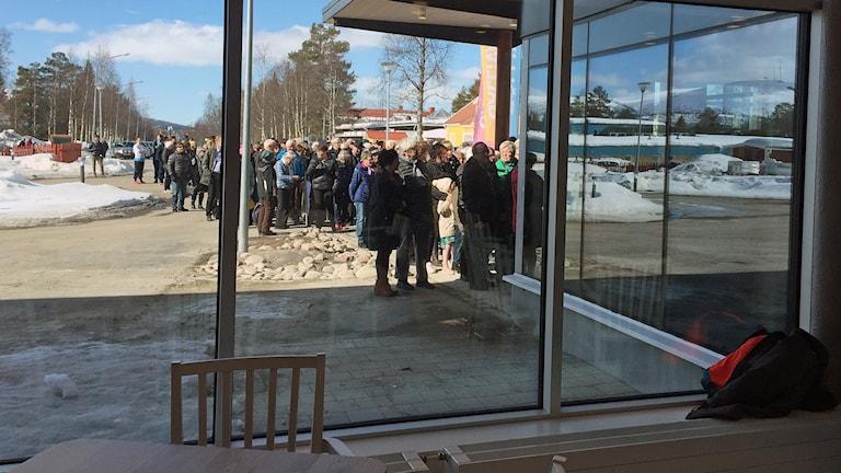Det bildades en lång kö när Forsgläntan skulle invigas i Gällivare.