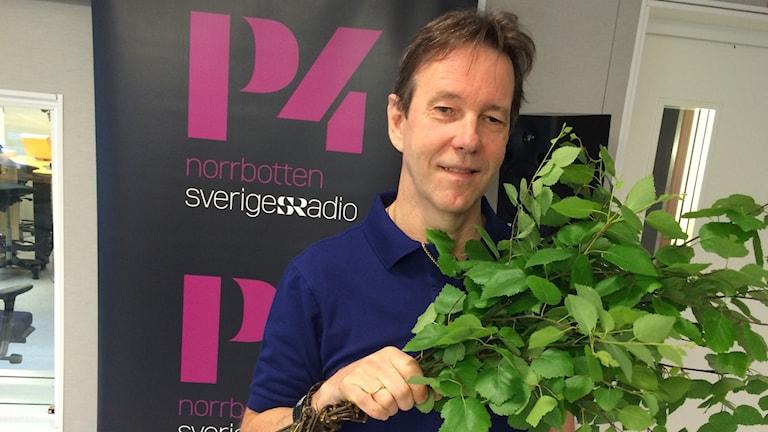 Göte Forss med en rejäl björkruska. Foto: Tova Nilsson/Sveriges Radio