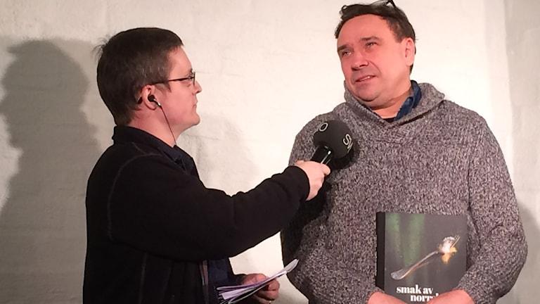 Matkonstnären Björn Ylipää intervjuas av André Pettersson.