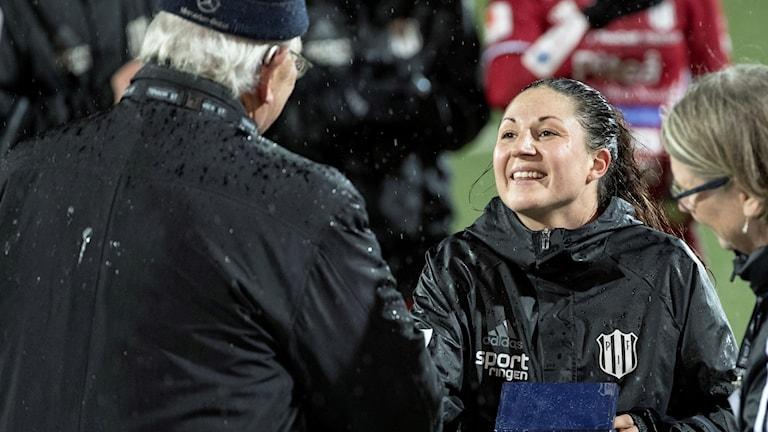 Piteå IF:s lagkapten Josefin Johansson tar emot bronsmedaljen i Göteborg.