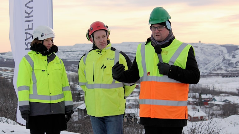 Helena Eriksson i Trafikverket, Mikael Westerlund i LKAB och Stefan Sydberg på Kiruna kommun deltog vid det första spadtaget av vägbygget i Kiruna.