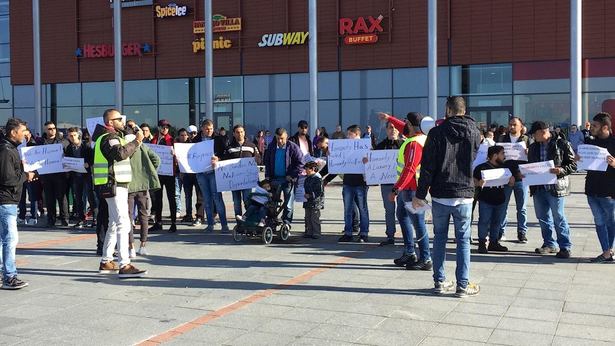 Asylsökande demonstrerar på Victoriatorget på gränsen i Haparanda-Tornio.