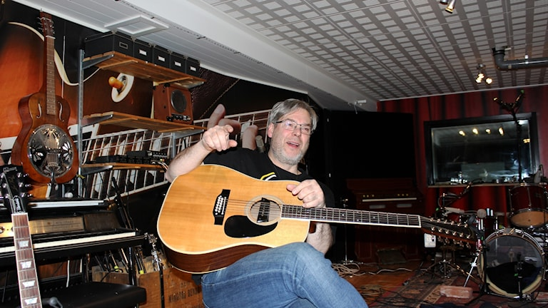 Kirunabon Mats Sidmalm har köpt en gitarr som Neil Young har ägt.