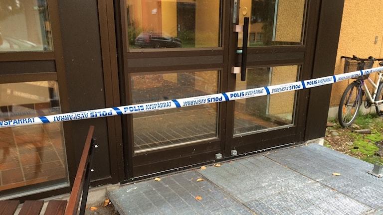 Asylboendet är fortfarande avspärrat. Foto: Lena Callne/Sveriges Radio