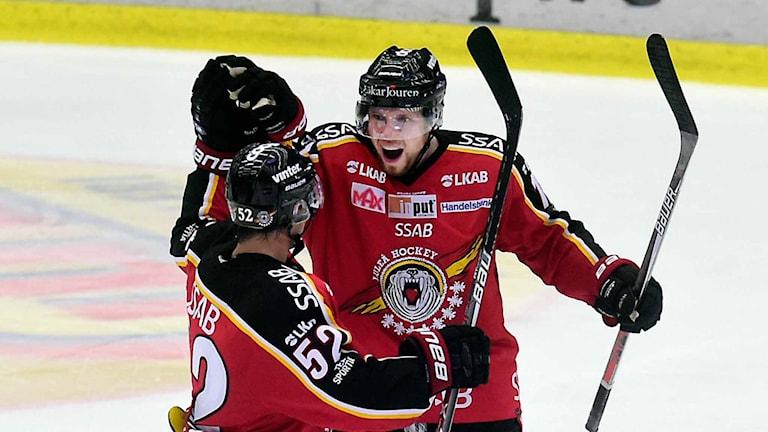 Luleå Hockeys Petter Emanuelsson jublar tillsammans med Karl Fabricius.