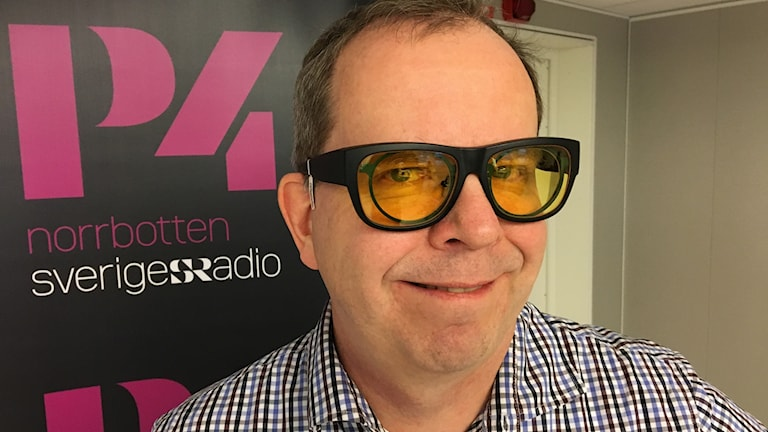 Optiker Jan-Erik Nöjd med filterglasögon.