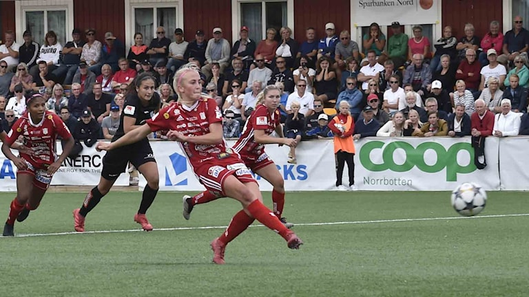 Piteå IF:s Julia Karlernäs skjuter mot Göteborg i damallsvenskan i fotboll