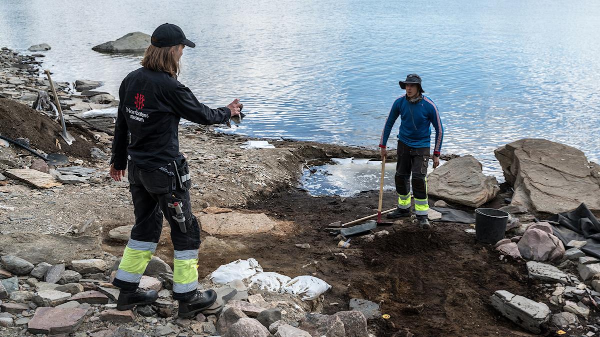 Projektledaren Åsa Lindgren och arkeologen Alexi Pienimäki försöker valla in en grav från att svämma över.