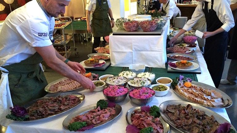 Elever på Restaurang- och livsmedelsprogrammet i Luleå lägger upp ett dignande julbord.