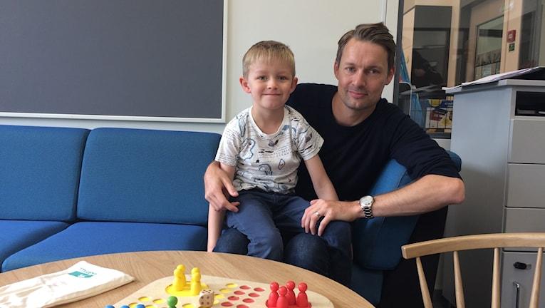 Levi Nordberg, som är ny på Tallkronanskolan, sitter i sin pappa Tommy Östlunds famn.