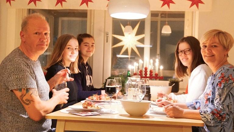 Faddrarna Christer och Maria Wahlberg till bords med Hanna Appelgren, Alma Elsnitz och Felicia Holmlund Gulass.