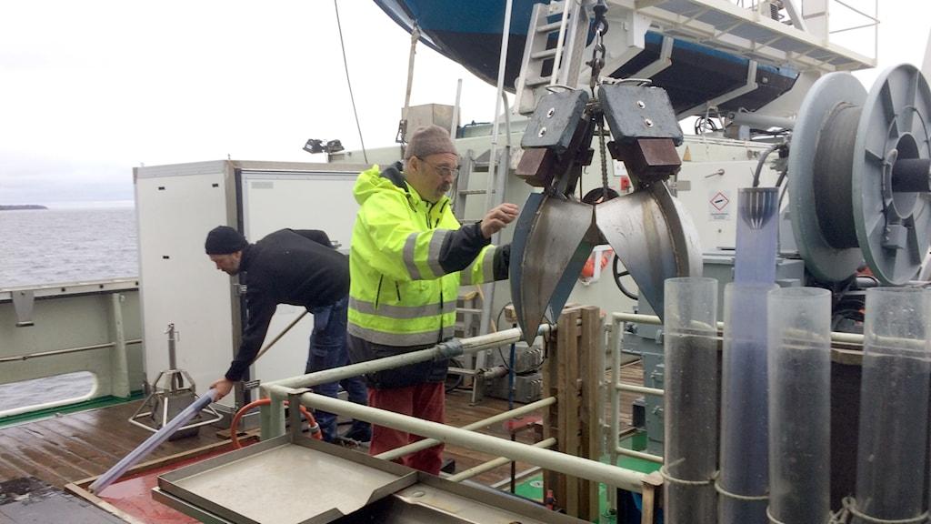 En provtagare görs klar för att skickas ner till botten från Ocean Surveyor.
