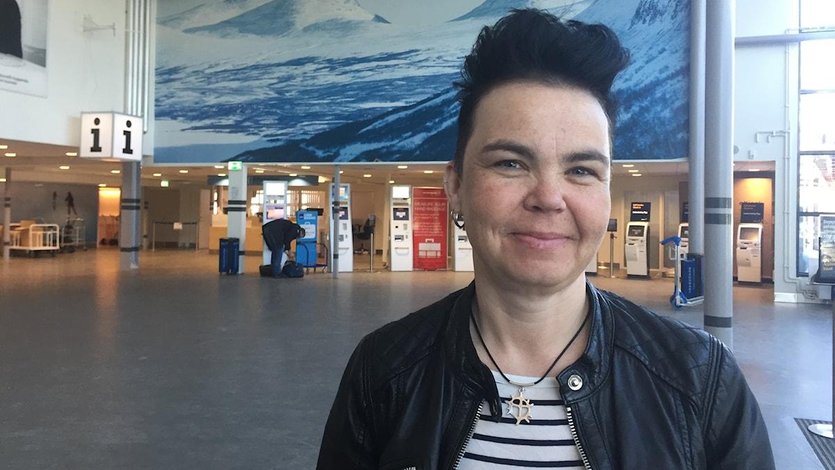 Anna Kumpula Kostet (V) kommunalråd i Pajala i avgångshallen på Luleå airport.