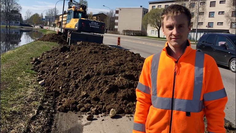 Kristian Bergdal, på gatudriften på Bodens kommun, är en av de som kämpar med att hålla vattnet borta från vägarna.