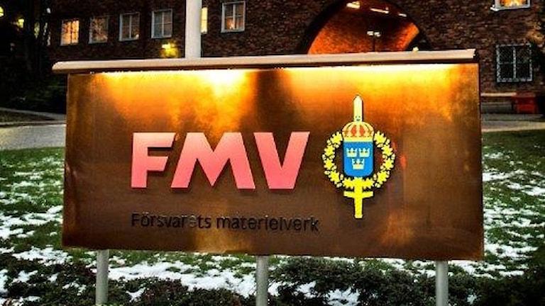 Skylt som det står FMV på.
