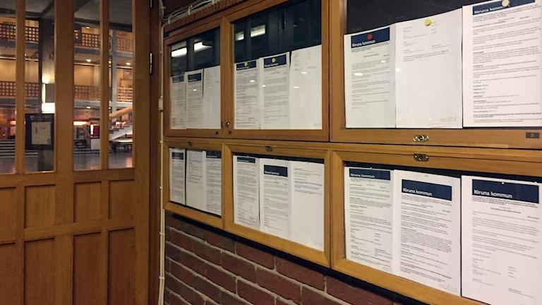 Anslagstavlan med information på papper försvinner från Kiruna stadshus.